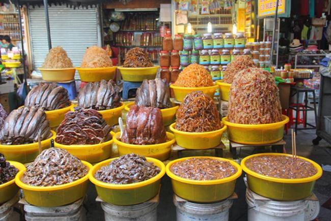 Mắm Châu Đốc: Mắm Châu Đốc & nbsp;có vị hơi ngọt đặt trưng của Nam Bộ nhưng bên trong lại mặn, rất thích hợp ăn cùng cơm trắng, đặc biệt vào những ngày mưa. Giá các loại mắm dao động từ vài chục nghìn đến hơn 100.000 đồng mỗi kg.