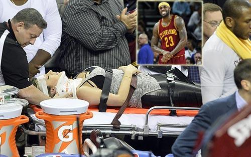 Gãy cổ vì xem siêu sao LeBron James chơi bóng rổ - 1