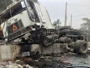 Tin tức trong ngày - Cày nát dải phân cách, xe container rụng hết bánh