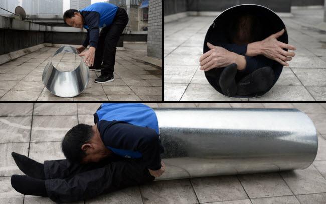 Một người đàn ông ở thành phố Trung Khánh của Trung Quốc có khả năng đặc biệt khi có thể gập đôi cơ thể trong ống có đường kính 40 cm.