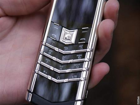 Cháy hàng tạm thời, khách hàng đặt mua điện thoại doanh nhân tăng mạnh - 1