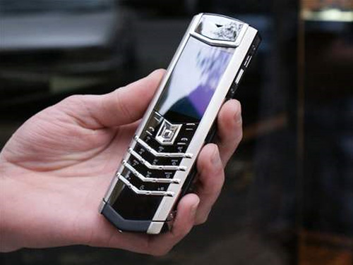 Cháy hàng tạm thời, khách hàng đặt mua điện thoại doanh nhân tăng mạnh - 2