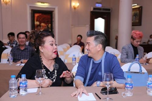 Mr. Đàm liên tục ôm hôn bố con Hoài Linh - 9