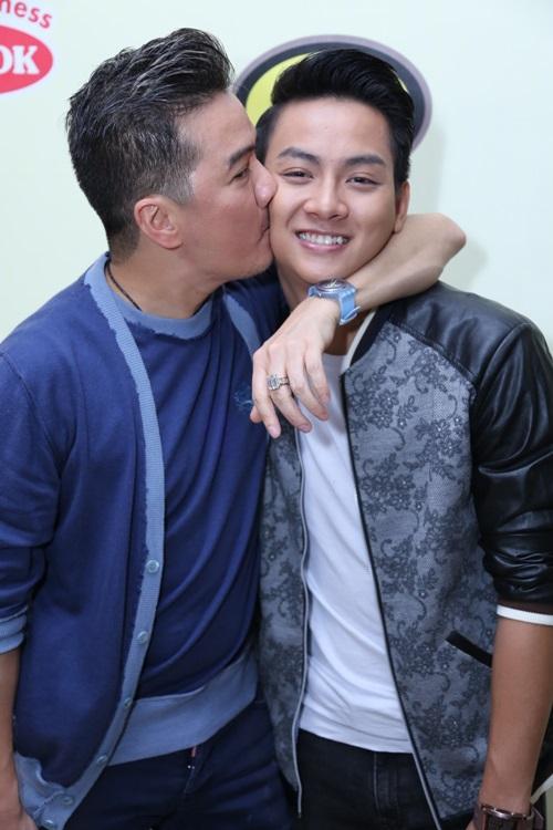Mr. Đàm liên tục ôm hôn bố con Hoài Linh - 1
