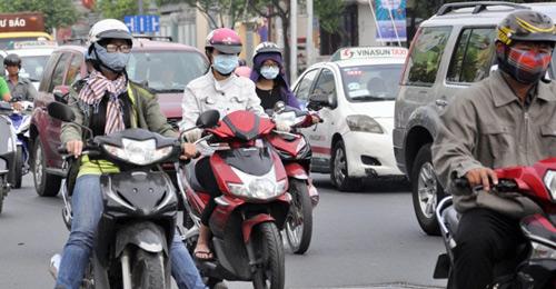 Sài Gòn se lạnh, người dân mặc áo ấm ra đường - 2