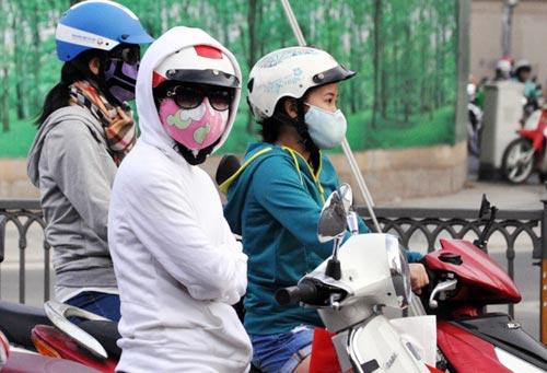 Sài Gòn se lạnh, người dân mặc áo ấm ra đường - 1