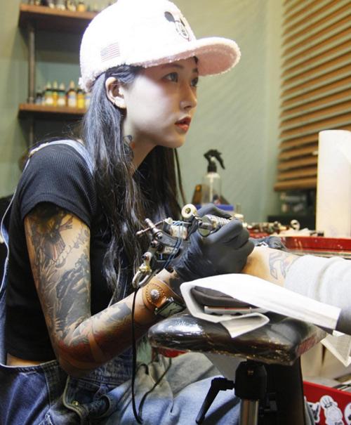 Nữ thợ xăm có vẻ đẹp búp bê gây sốt tại Hàn Quốc - 1