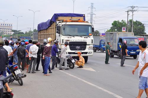 Bị xe tải cuốn vào gầm, 2 chị em ruột tử vong - 1