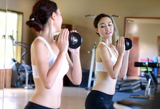 Cô tập gym để giữ vóc dáng gọn gàng. & nbsp;