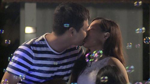 MC Phan Anh bất ngờ hôn vợ chốn đông người - 2