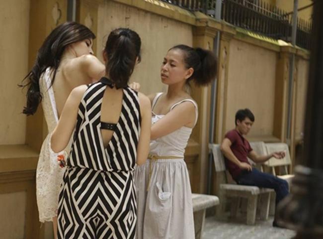 Lúc đó, Trang Nhung không hề hay biết, cho đến khi bức ảnh bị tung lên mạng, cô mới bất ngờ và lên tiếng giải thích đó là tai nạn nghề nghiệp. Sau này, Trang Nhung lại bị sự cố khi thay đồ nơi công cộng và hình ảnh này cũng khiến người đẹp biết sau nhiều cư dân mạng.