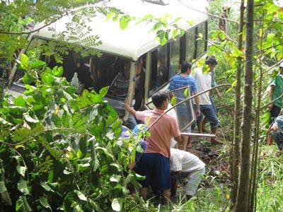 Hơn 2 giờ cứu tài xế xe khách lao xuống kênh - 1