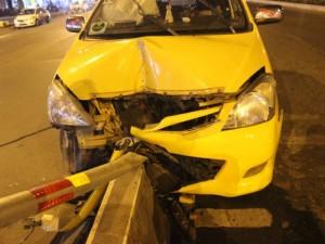 Tin tức Việt Nam - Tài xế vừa lái xe vừa xoa dầu, taxi lao vào dải phân cách