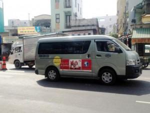 Tin tức trong ngày - Hàng chục người nâng xe ô tô, cứu bé gái bị cuốn vào gầm