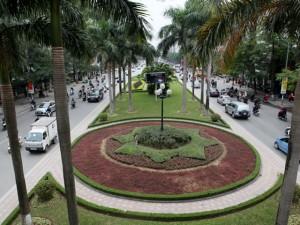 Tin tức trong ngày - Phá bỏ thảm cỏ, cây xanh trên con đường đẹp nhất thủ đô