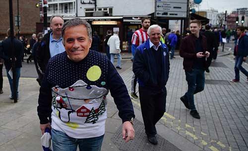 CĐV Chelsea giận dữ chỉ mặt kẻ phản bội Mourinho - 2