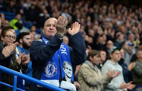 CĐV Chelsea giận dữ chỉ mặt kẻ phản bội Mourinho - 3
