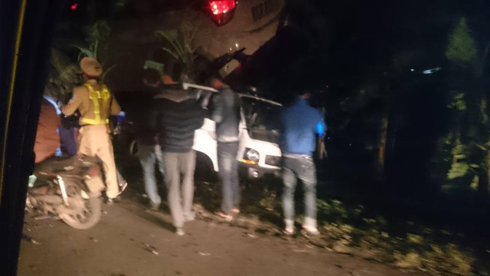 Lái ô tô X5 tông thẳng xe CSGT, 1 chiến sĩ nhập viện - 1