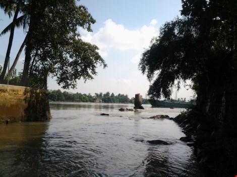"""Kỳ lạ trụ đá trên sông Đồng Nai được dân gọi là """"ông Một"""" - 1"""