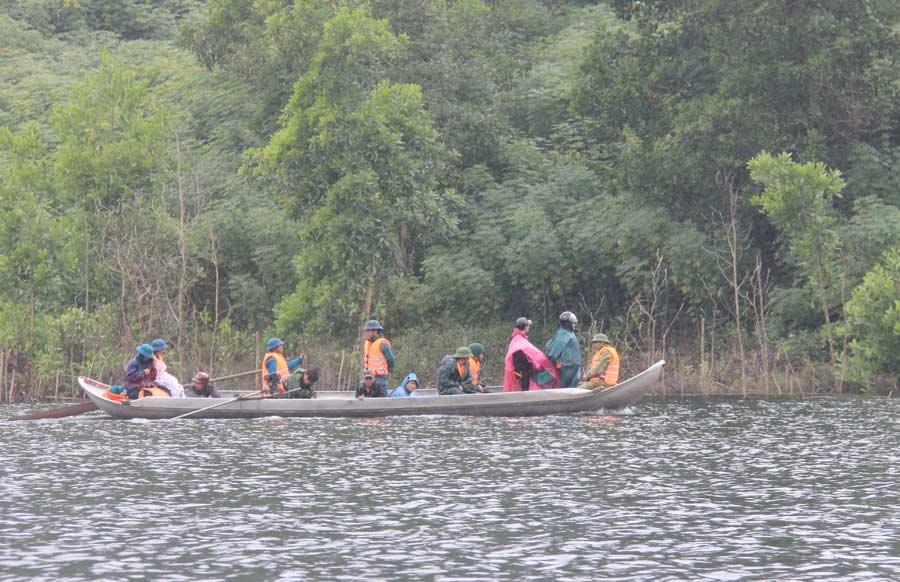 Ảnh: Dầm mưa rét tìm người mất tích ở hồ Nước Trong - 1