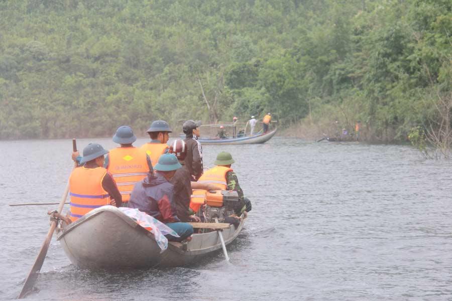 Ảnh: Dầm mưa rét tìm người mất tích ở hồ Nước Trong - 2