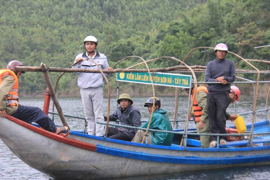 Ảnh: Dầm mưa rét tìm người mất tích ở hồ Nước Trong - 3