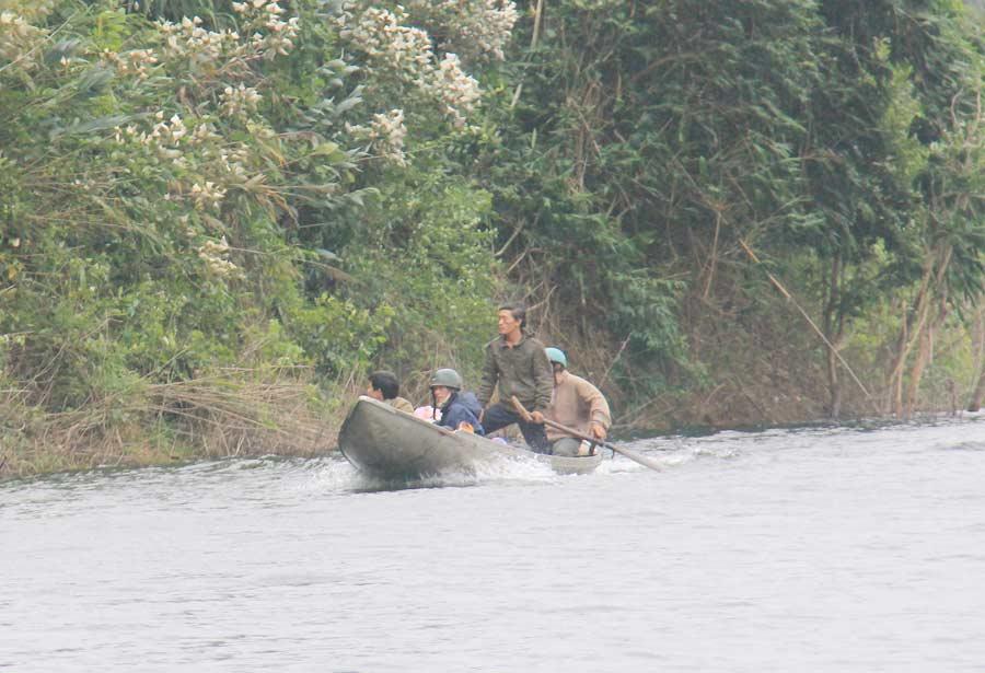 Ảnh: Dầm mưa rét tìm người mất tích ở hồ Nước Trong - 4