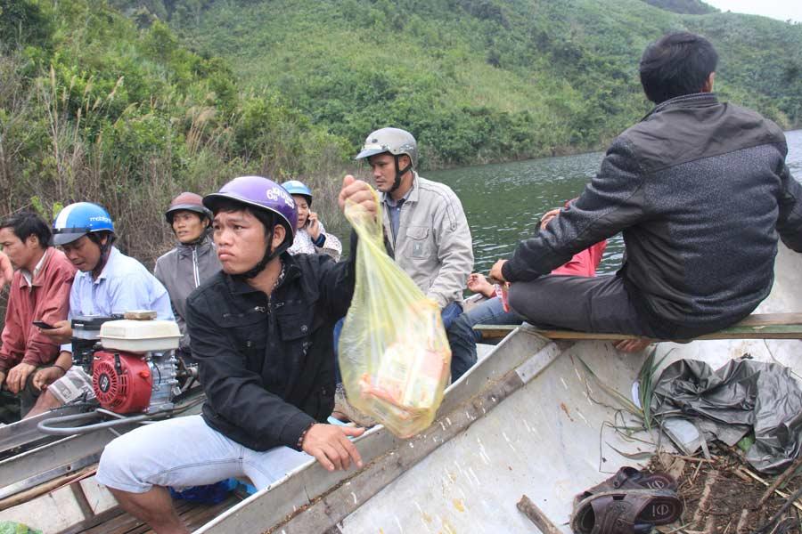 Ảnh: Dầm mưa rét tìm người mất tích ở hồ Nước Trong - 5
