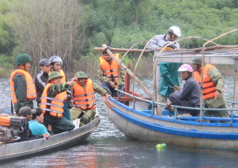 Ảnh: Dầm mưa rét tìm người mất tích ở hồ Nước Trong - 6