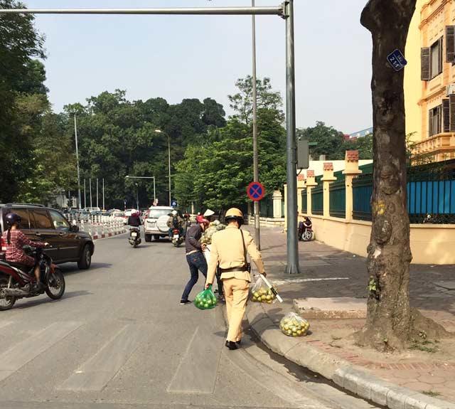 Hình ảnh đẹp: CSGT Hà Nội nhặt cam giúp dân - 1