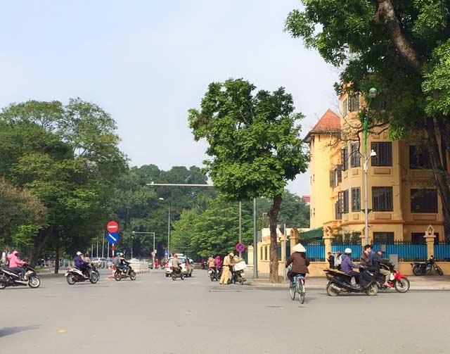 Hình ảnh đẹp: CSGT Hà Nội nhặt cam giúp dân - 3