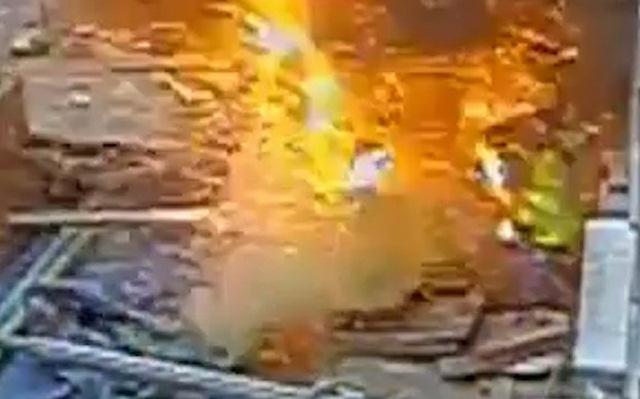 Anh: Nổ như bom vì khoan trúng cáp điện 11.000 vôn - 1