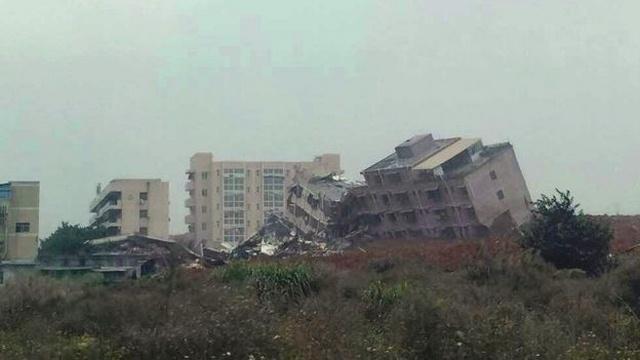 TQ: 22 tòa nhà đổ sập kinh hoàng vì lở đất - 1