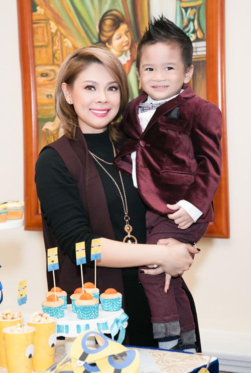 Quang Dũng ôm nựng con trai Thanh Thảo - 1