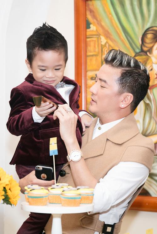 Quang Dũng ôm nựng con trai Thanh Thảo - 4
