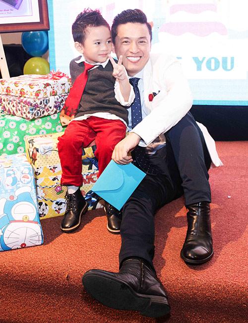 Quang Dũng ôm nựng con trai Thanh Thảo - 8