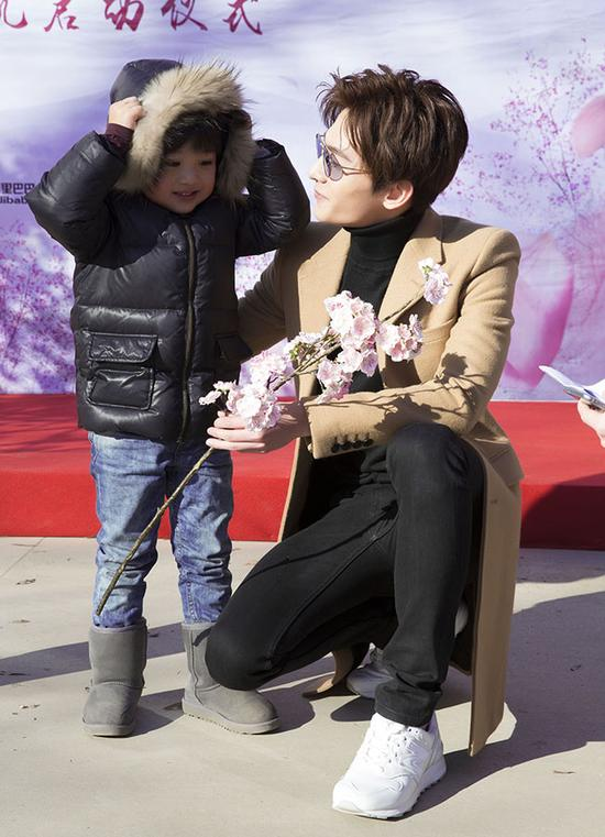 Lưu Diệc Phi lần đầu lộ diện cùng 'chồng và con trai' - 2