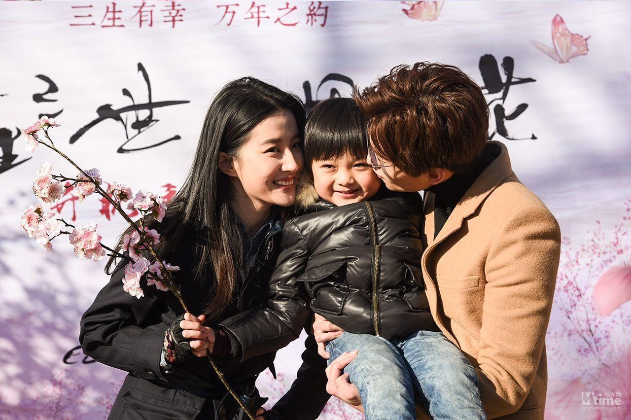 Lưu Diệc Phi lần đầu lộ diện cùng 'chồng và con trai' - 1