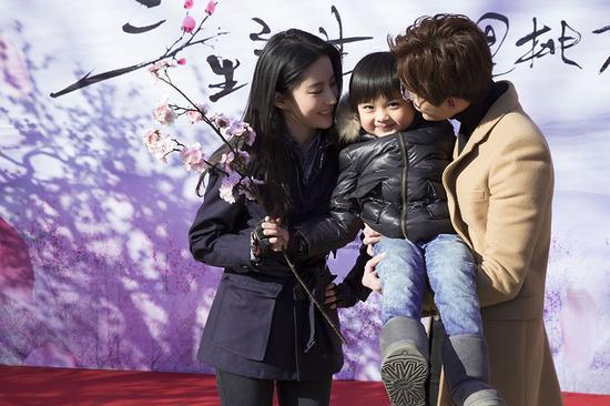 Lưu Diệc Phi lần đầu lộ diện cùng 'chồng và con trai' - 5