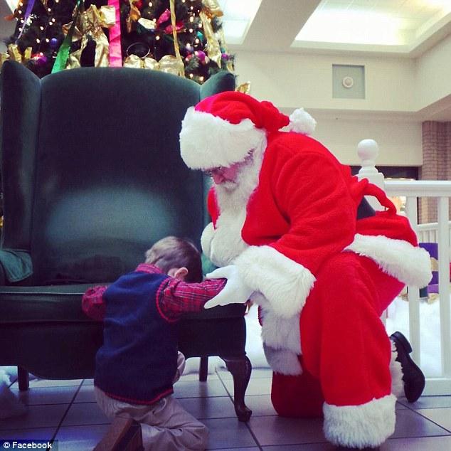 Cảm động cậu bé xin ông già Noel cứu em bé xa lạ - 1