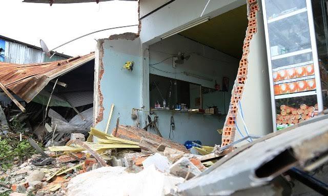 """Xe bồn """"ủi"""" sập phần trước 4 căn nhà lúc rạng sáng - 1"""