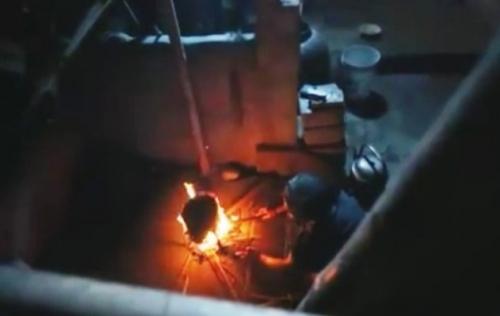 Cụ bà tối tối thắp đèn dầu vì không trả nổi tiền điện - 2