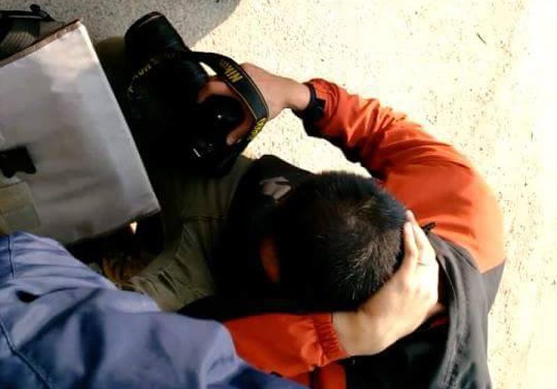 HN: Đang chụp ảnh, phóng viên bị bảo vệ hành hung - 1