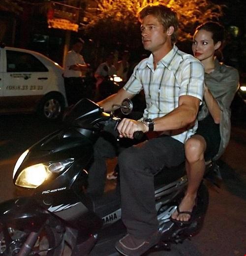 Angelina Jolie và Brad Pitt đi xe máy dạo phố Hà Nội - 2