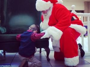 Bạn trẻ - Cuộc sống - Cảm động cậu bé xin ông già Noel cứu em bé xa lạ