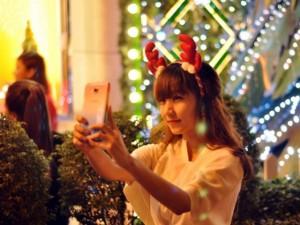 """Tin tức trong ngày - Người Sài Gòn hòa mình vào sắc màu Noel trước """"giờ G"""""""