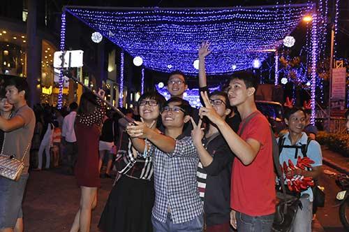 """Noel Sài Gòn: Đi chơi, chụp ảnh """"tự sướng"""" ở đâu? - 9"""