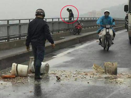 Bỏ lại xe máy, nam thanh niên nhảy cầu Bãi Cháy tự tử - 1