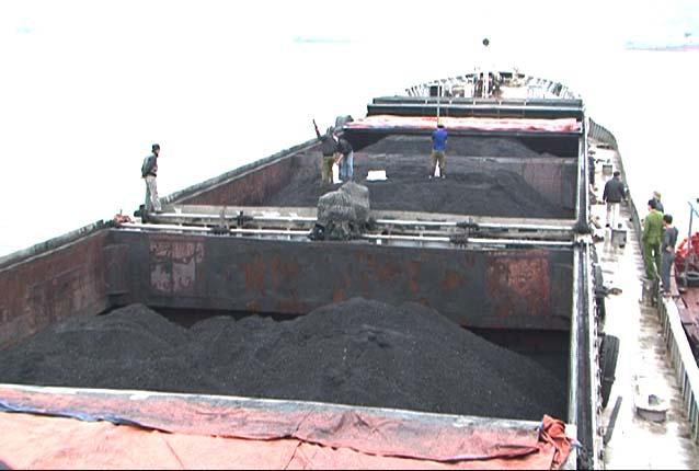 """Bắt giữ 2 tàu biển """"cõng"""" 4.000 tấn than và 120.000 lít dầu lậu - 1"""