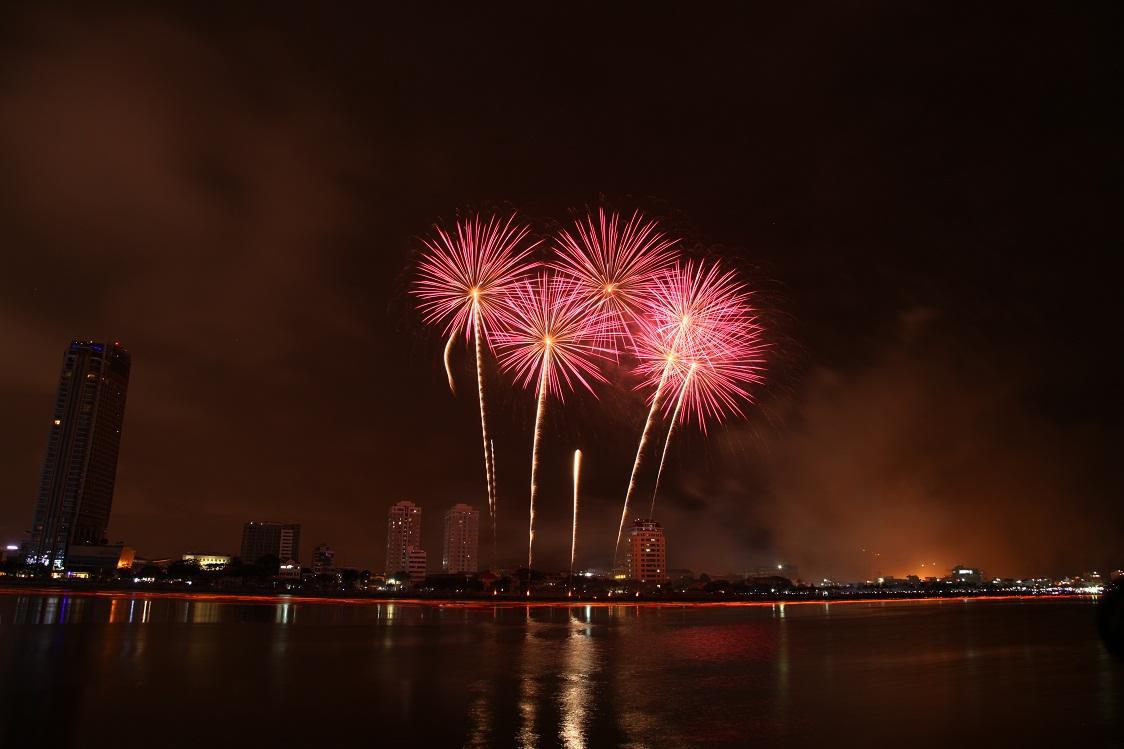 Đà Nẵng lần đầu tiên bắn pháo hoa đón năm mới bên bờ biển - 1